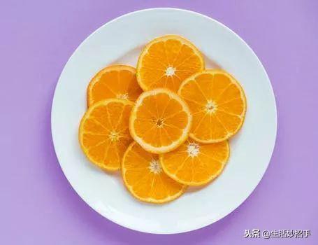 巧切橙子   用刀在橙子横向中间切开橙子皮、划一圈,再用手指伸进去松一松,掏一掏,半个橙子的皮就完整剥下来了.