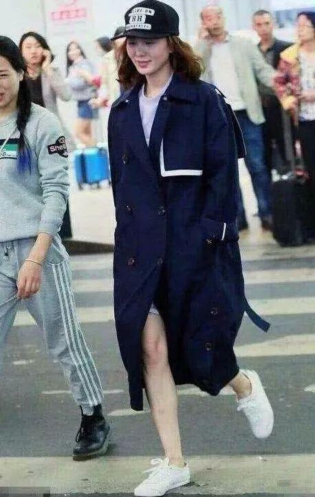 路人镜头下的刘诗诗,鼻头变大脸部浮肿,穿的xxxl码风衣?