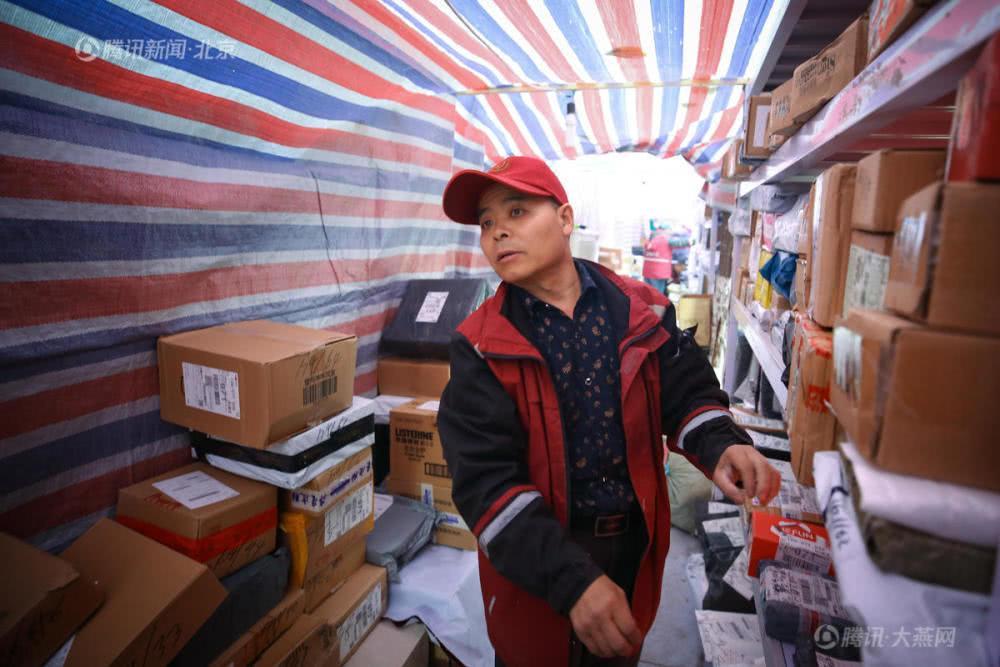 北京54歲快遞員詩意短信走紅 雙11日均送3000余件