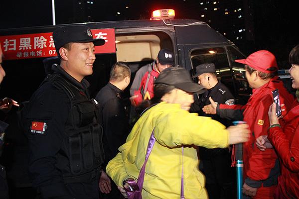 十名老年驢友失聯6小時,被湖北警方找到時身上只剩一塊餅干