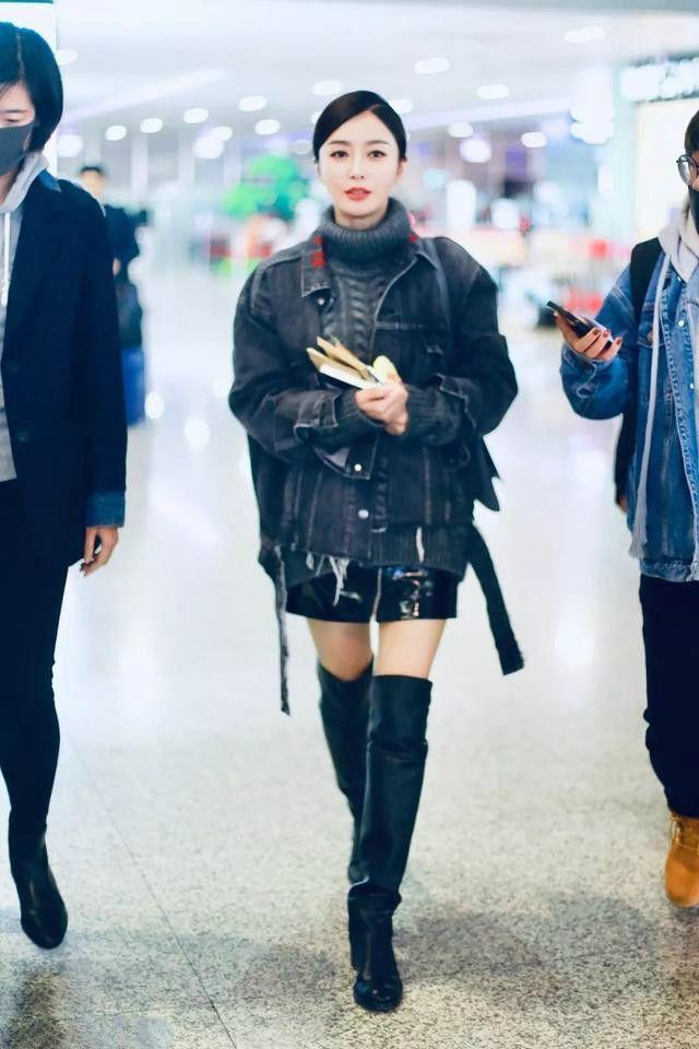 秦岚带头短裤配长靴,网友:双腿不会是涂粉了吧?