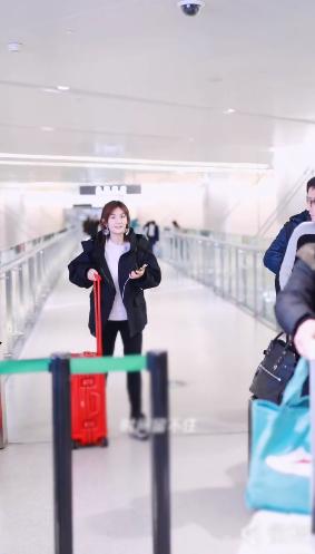 謝娜為了見悄悄和跳跳,又趕晚班機回家,機場與攝影師開玩笑真逗
