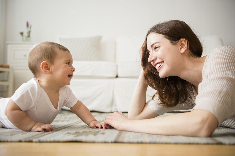 为什么喂母乳时,宝宝总喜欢盯着妈妈看?