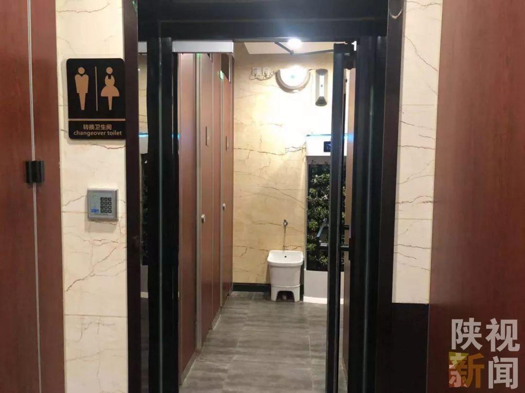 尿得出来?重庆惊现露天男厕 只遮住重点部位是要闹哪样