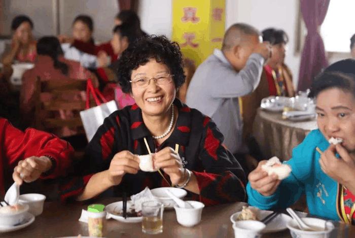 美國人來中國,感嘆中國發達時也為老人擔心:他們已經被時代拋棄