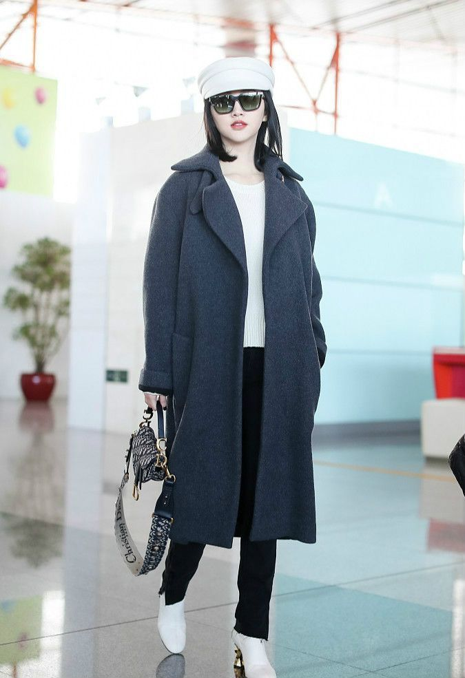景甜机场又创新造型,灰色大衣尽显女王范儿!