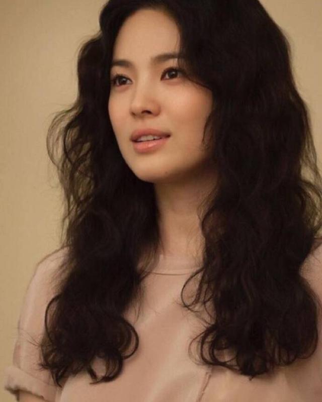 37岁宋慧乔又换发型,刘海短发逆龄如少女,站在欧巴身边如初恋