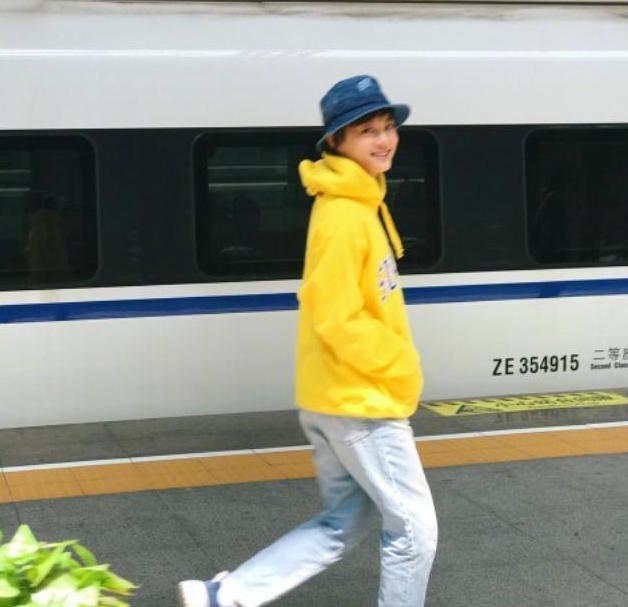 孙俪穿卫衣搭瘦腿裤,只是换了双鞋,整个人变得更瘦更年轻了!