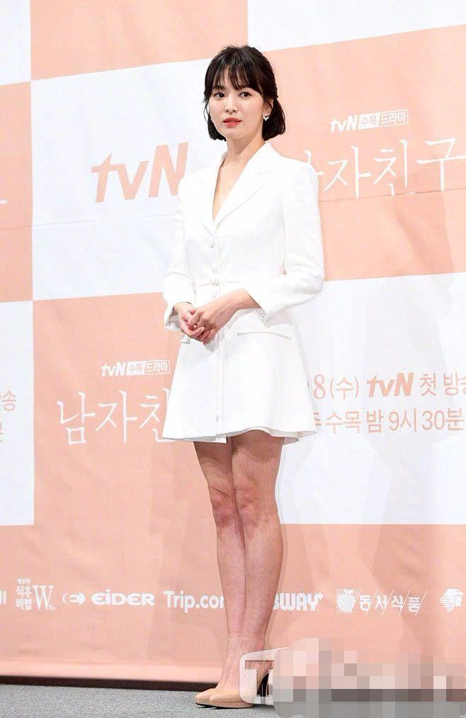 宋慧乔穿白色衬衫裙太仙了,但膝盖皮肤皱巴巴的!
