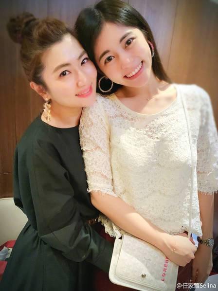 Selina为妹妹任容萱庆生晒出两人对镜甜笑合照