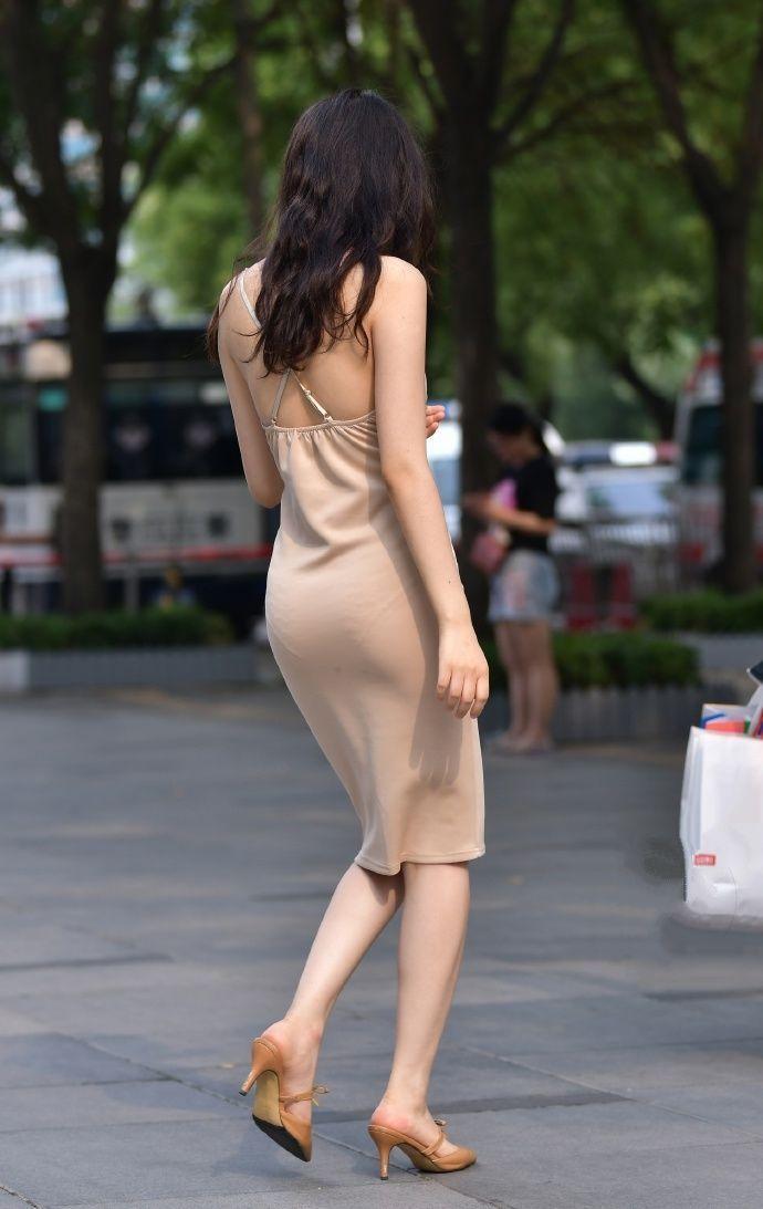 有没有好看的色情_街拍:购物广场一位穿衣很大胆的气质美女,没有好身材还真不敢穿