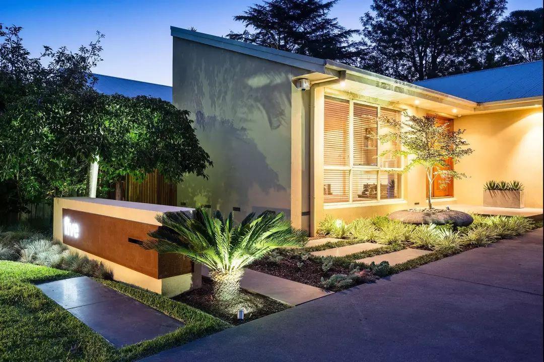 夜晚结合别墅的享受下光与影辉映着室外别墅泳池自然来临灯光的开发区星海湾庭院图片