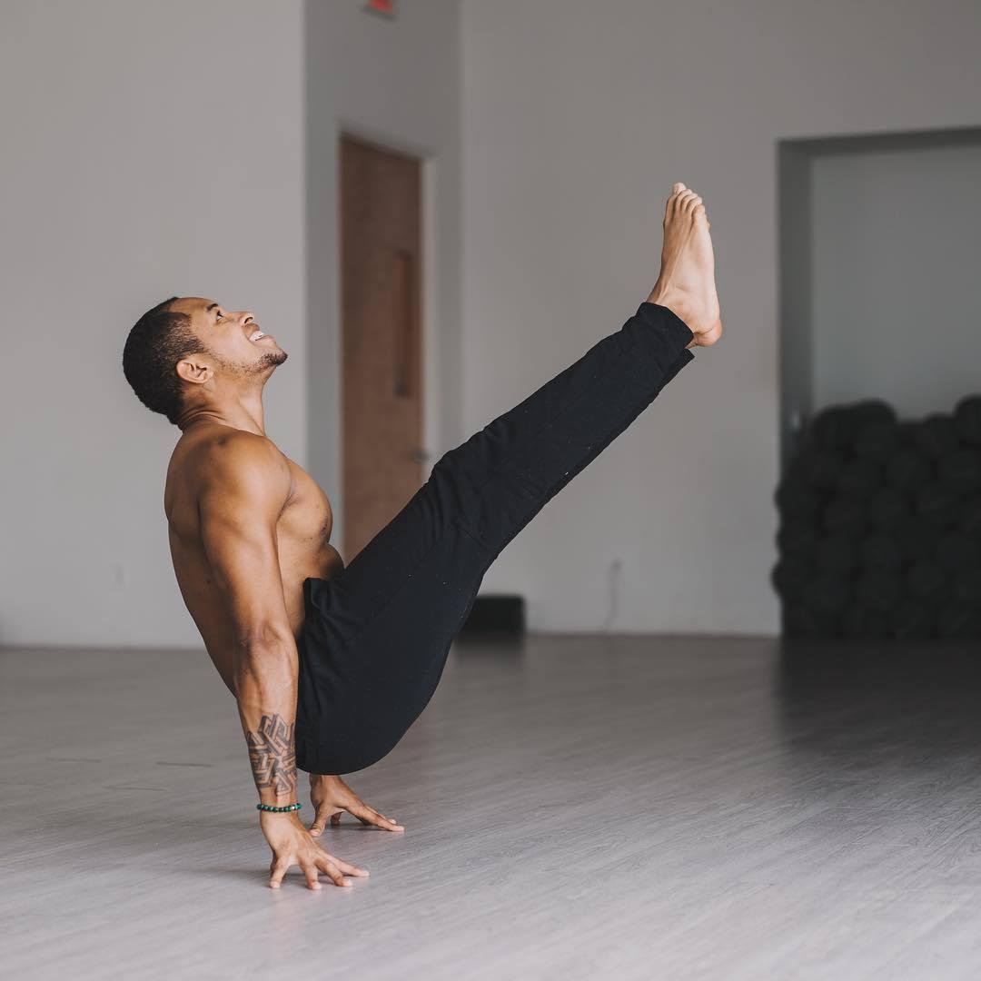 """""""适合男性健身的十二个瑜伽体式""""的第5张图片"""