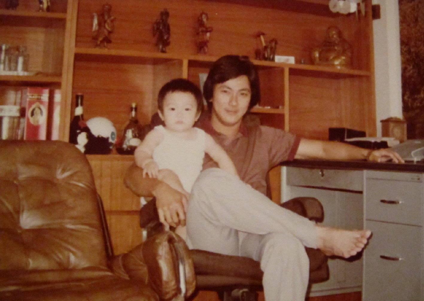吴尊带72岁爸爸上节目,吴爸爸年轻时候也帅气,父子动作神同步
