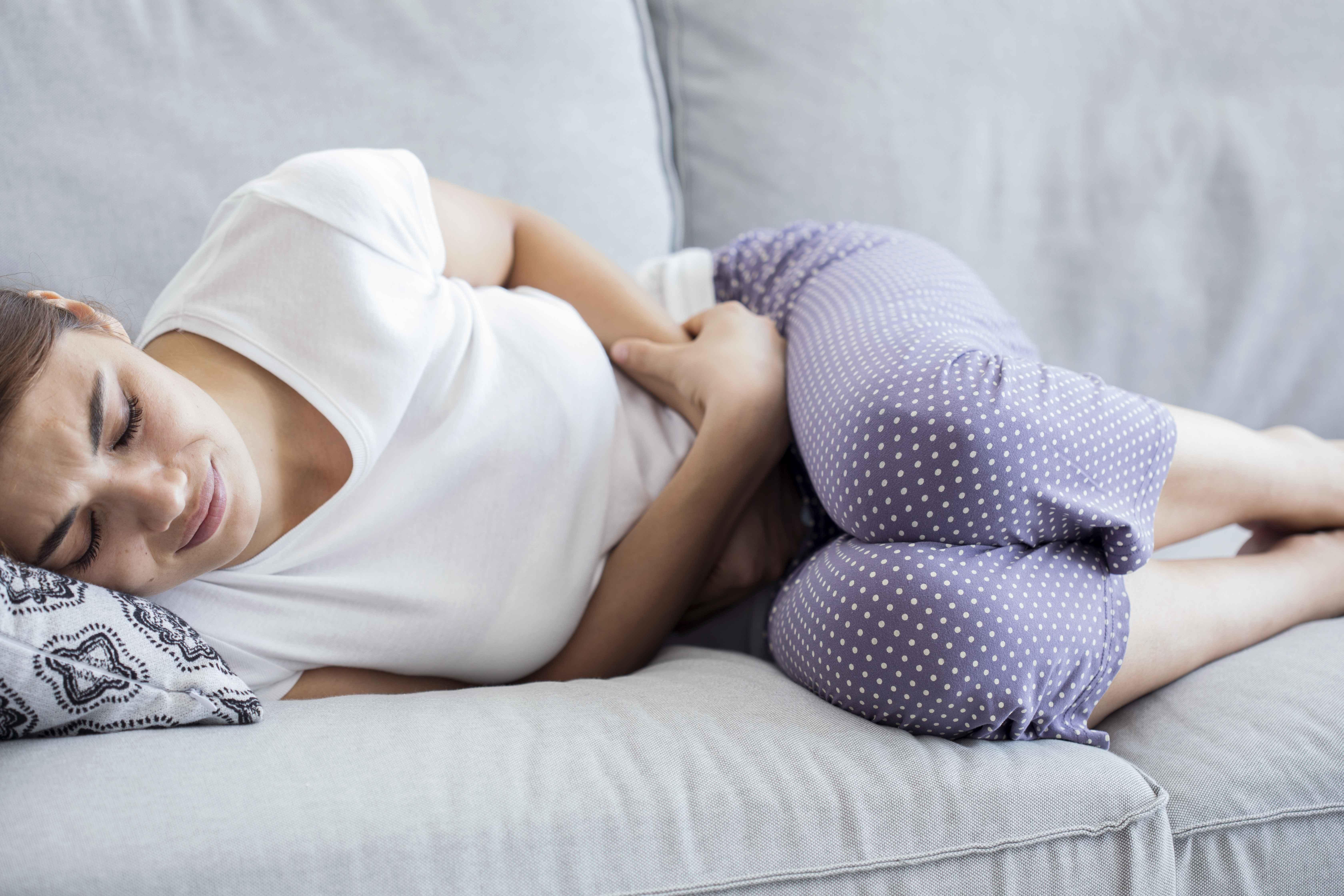 肚子疼的女孩摄影素材_素材公社