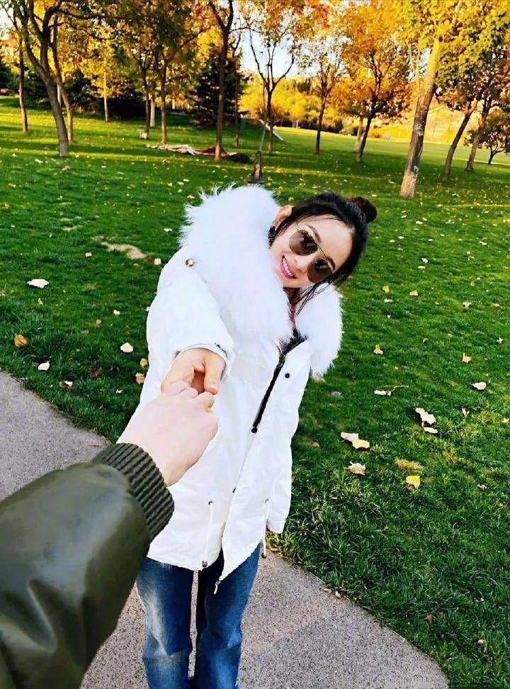 赵丽颖婚后时尚品味下降,这衣服太路人!网友:老公视角甜腻了!