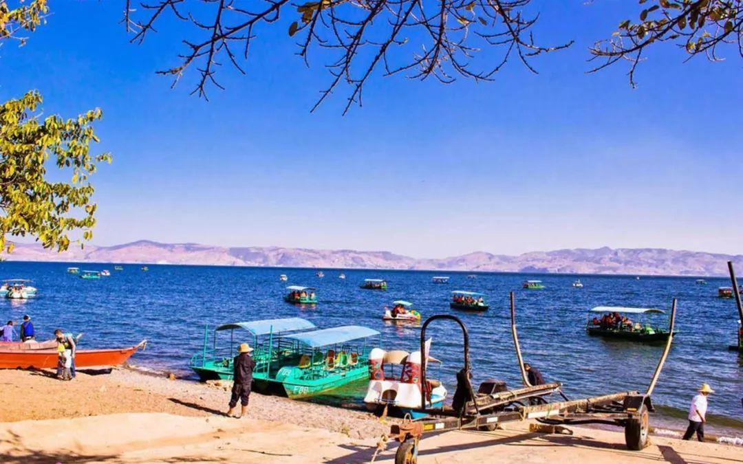 禄充风景区是抚仙湖景区内最值得前往的一处景点,这里前临湛蓝如镜的