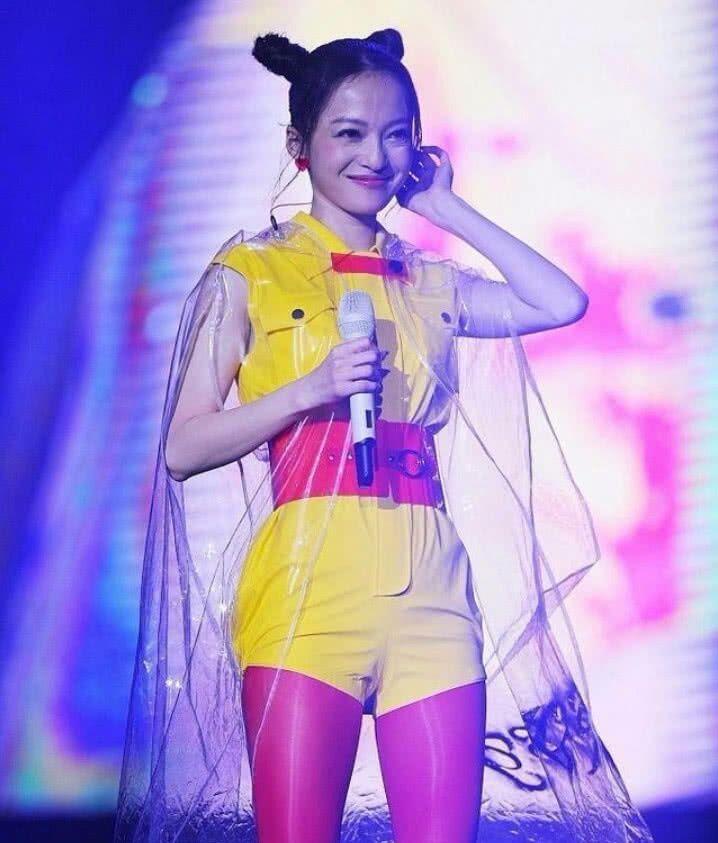 张韶涵不好好唱歌,偏要穿雨衣配粉丝袜凹造型,丑哭我了!