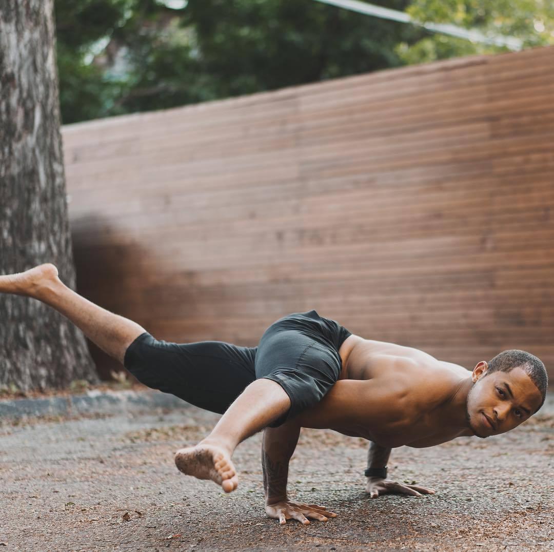 """""""适合男性健身的十二个瑜伽体式""""的第1张图片"""