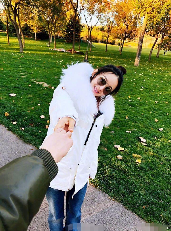 赵丽颖大秀恩爱晒美照,老公视角的她穿棉服照样可爱!