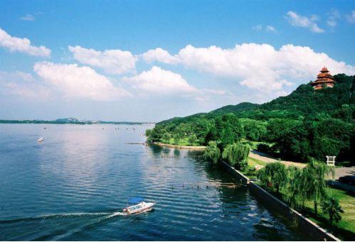 东湖水域面积达33平方公里 是杭州西湖的六倍 而东湖生态旅游风景区