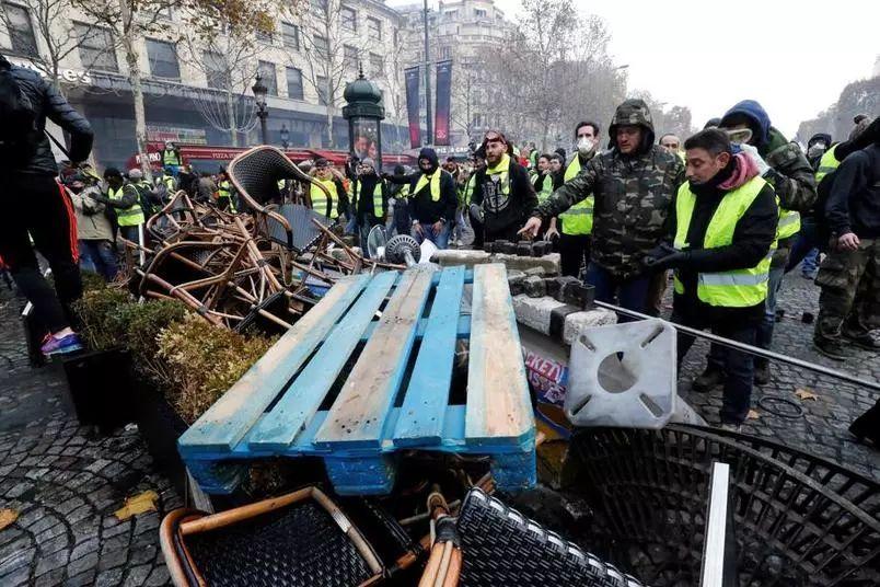 11月24日,法国黄马甲运动围堵香榭丽舍大街最
