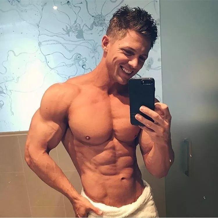 男生腹肌的照片真人_抖音小哥撩衣秀腹肌却遭吐槽,男生的完美身材应该是这样的!