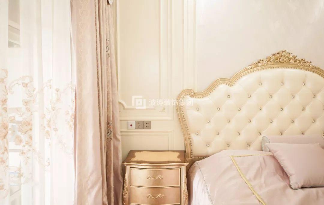 米白色的印花墙面,粉色的床品与窗帘,铺垫出少女的纯美情怀,再加上