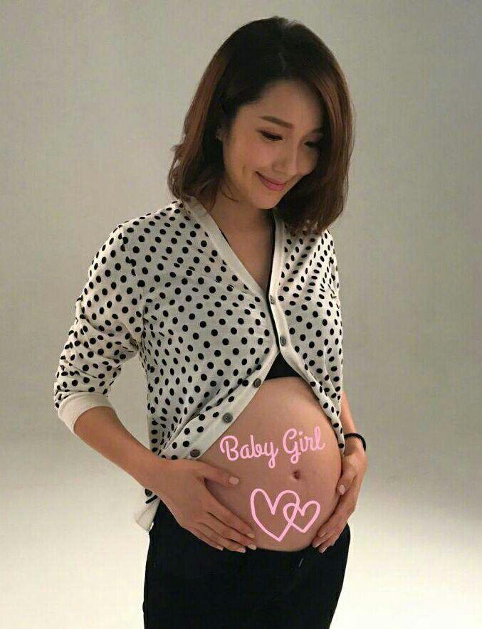 王祖藍準點曬B超照為李亞男慶生,夫妻二人模仿胎兒抱拳幸福美滿