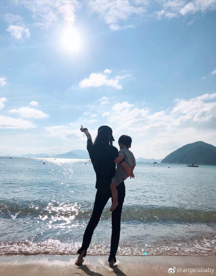 黃曉明模仿baby抱放大版「小海綿」,表白老婆:當媽不容易