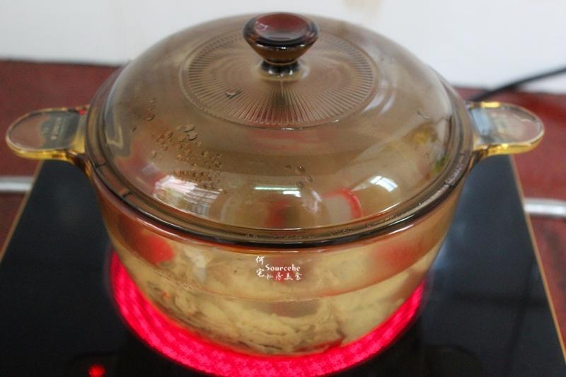 5.盖上盖子,大火煮沸,改为小火慢炖45分钟。
