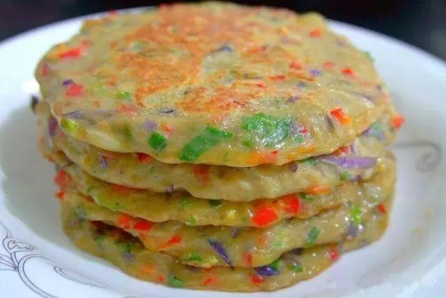 第四步,锅加热刷油,开中小火,倒入蔬菜面糊摊成圆形饼状,两面烙至金