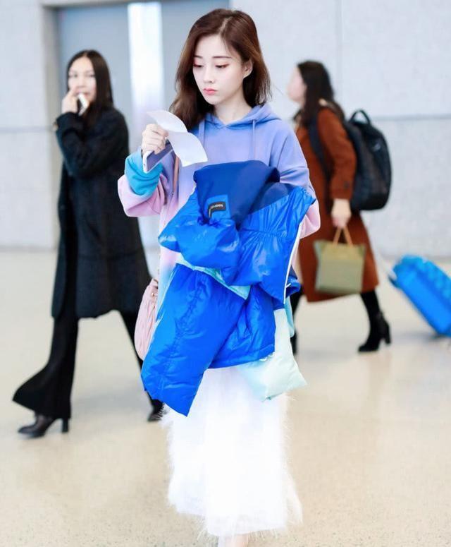 冯提莫仙女裙现身机场,网友:网红终于穿出了女神水准!