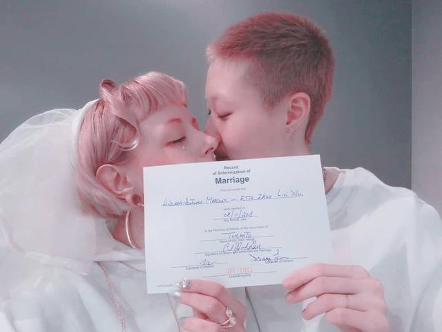 19岁小龙女吴卓林宣布与31岁女友结婚 亲密同框一起晒出结婚证书