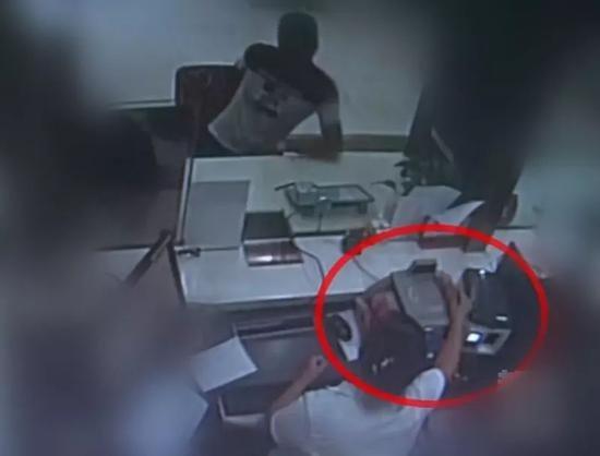 男子银行柜台监控前上演 幻影手 1 秒偷走 2000 元