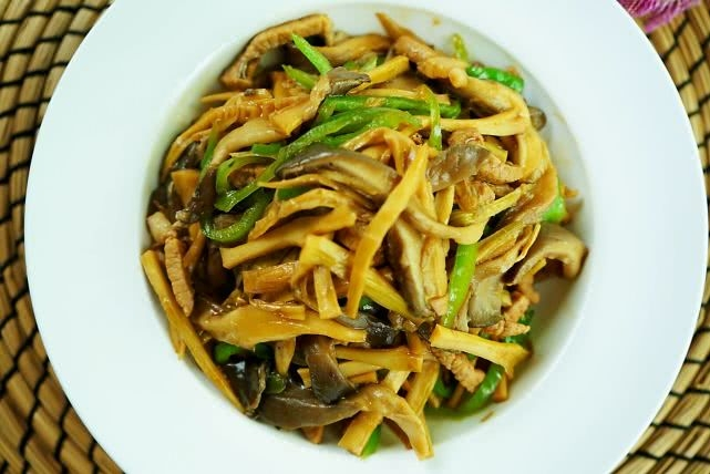 平菇配竹笋,常吃不显老,这道冬季美容菜,多吃真是错不了