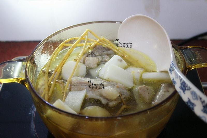 7.煲好的汤,放盐拌均即可喝,清香甘甜,老少润肺止咳,老少都爱喝。