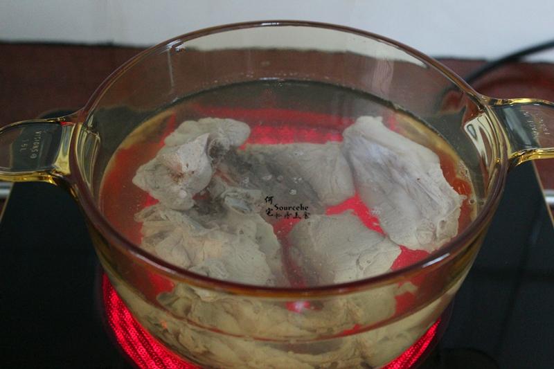 3.汆烫好的骨头,捞出放入汤锅里,加适量的饮用水。汤锅可以用砂锅,也可以用压力锅。我用的是玻璃汤锅,可以看得见食材。