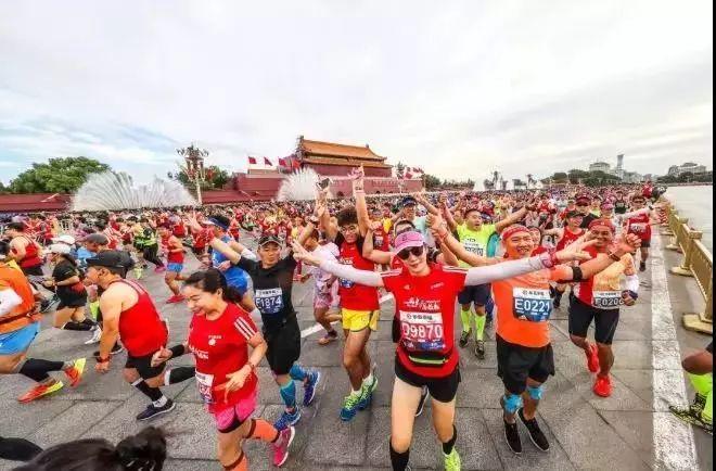 体育产业早餐11.272018年我国已举办1072场马拉松类比赛国足集训