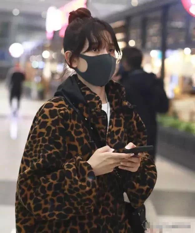 宋祖儿这豹纹上衣显老,网友:年龄不够,穿不出味道!