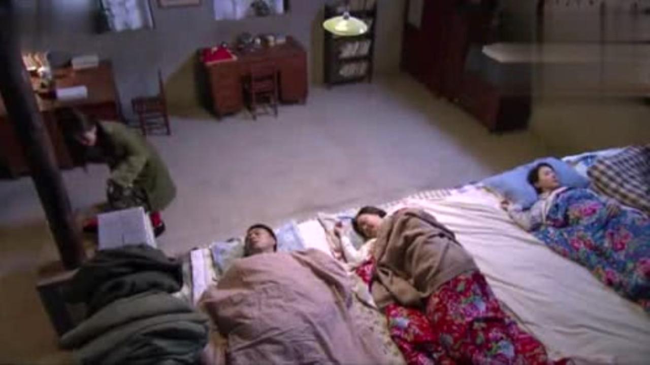 为什么东北睡觉,全家人都睡在一个炕上,不尴尬吗?