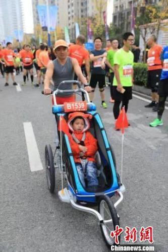 带脑瘫儿子跑36场马拉松父亲:想带他看不同世界!