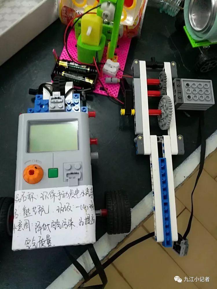 双峰小学举行科技小制作,小发明评选活动,看看孩子们都有哪些有趣的小
