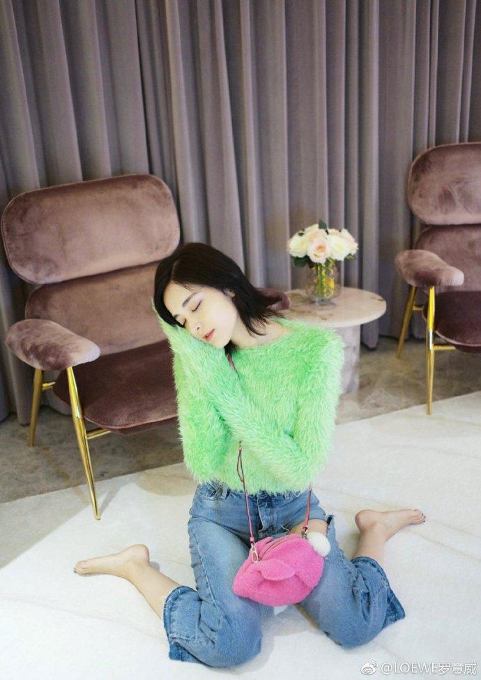 粉色的罗意威Bunny包包遇上娜扎是这么甜美的效果啊