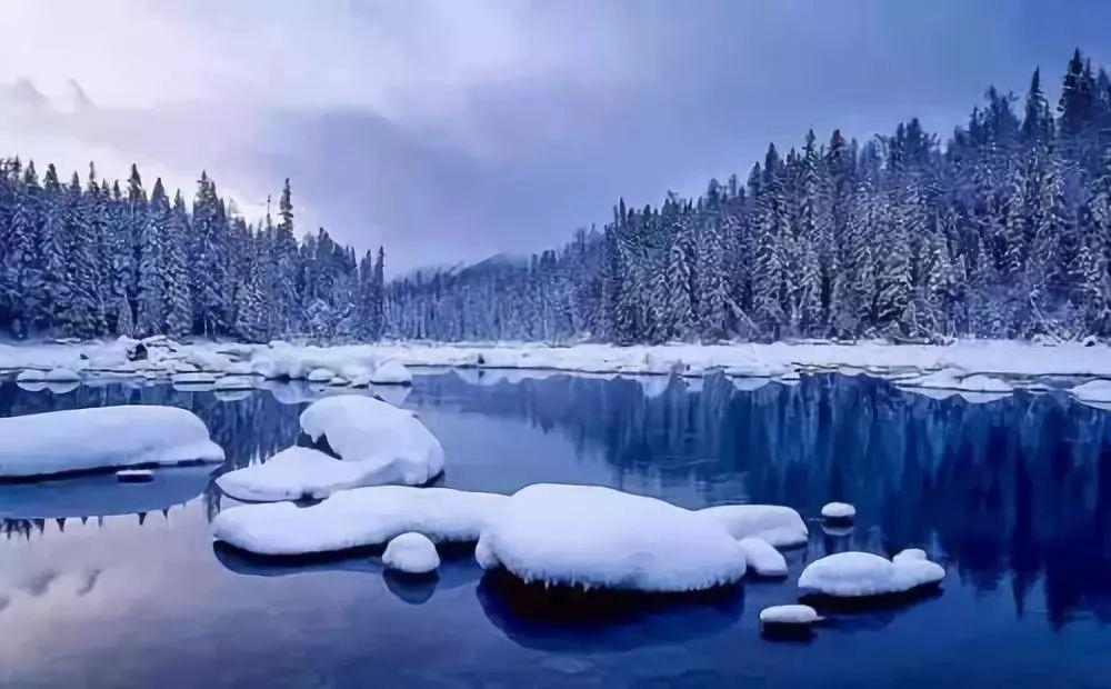冬天的天池沒有了春季的悸動、夏季的躁動、秋季的攢動,此刻的天池更加的純美安靜,多了些許的神秘。  現在開始,天池就變成一面亮亮的大鏡子。  這里同時還是我國為數不多的幾座高山滑雪場,在感悟純美的同時,不可錯過體驗這讓人心跳的驚險瞬間。 2.額 爾 齊 斯 河  這是我國境內的唯一一條流向北冰洋的河,然而它的出名絕不僅僅于此,秋天,河岸邊金色的胡楊林每年吸引著成千上萬的攝影愛好者、旅游愛好者來此一睹她的風采。  隨著雪花的飄落,金色葉子的飄零,額爾齊斯河美麗的另一面正在悄然綻放。 3.