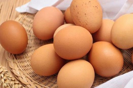 1、产妇应少吃鸡蛋 按道理来说,产妇刚生完孩子需要补充很多的营养,必须吃高营养的食物,似乎应该多吃鸡蛋,但其实,产妇坐月子时整天躺在床上缺乏锻炼,吃太多的鸡蛋的话会导致消化功能下降,增加肠胃负担,尤其是蛋黄难以消化,所以产妇还是少吃鸡蛋为好。 2、肾病患者不能吃鸡蛋 鸡蛋是一种高蛋白食物,肾病患者的肾功能比较差,对蛋白的代谢功能减弱,无法正常排出体外,这样一来就会增加肾脏的负担,会加重肾病的病情。