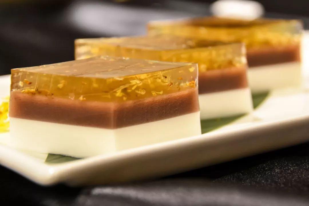 三色糕_晶莹剔透的桂花糕有着很好看分层效果,椰浆,红豆,桂花蕴含着三色味觉