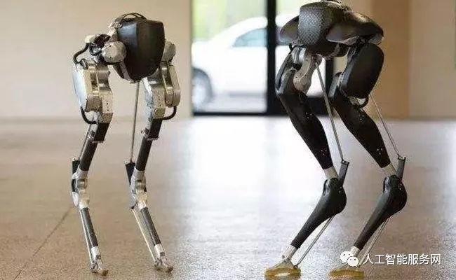 定义未来式智能生活 双足机器人亮相