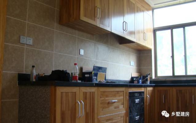 厨房这个视角是现代开放式厨房设计,碗橱和壁橱都是木头定制的,农村图片