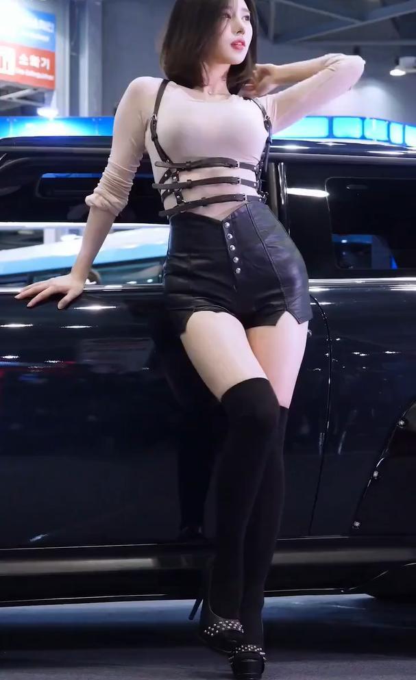 城名娱乐车展美丽的短发车模穿搭干净利落明图片